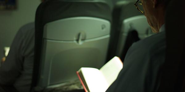 ثماني نصائح للقراءة خلال رحلة الطيران