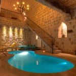 """مسبح وسط الصخور في فندق """"أرجوس"""" في كبادوكيا، تركيا"""