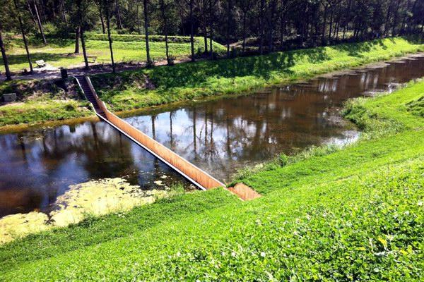 جسر موسى المدهش: ليس فوق الماء ولا تحته.. بل يقسمه إلى نصفين!