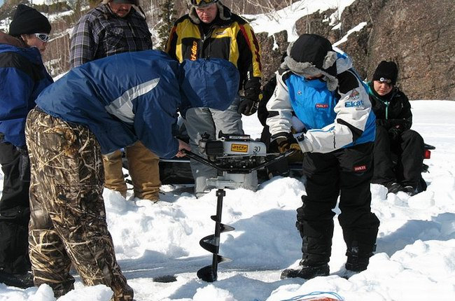 أول ما يتم عمله هو الحفر في الجليد