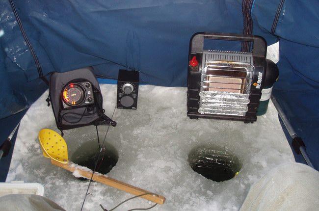 داخل الخيمة .. مدفأة وجهاز سونار للكشف عن السمك