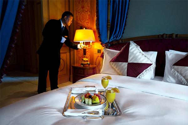 تمتاز غرف الفندق بأثاث فاخر وخدمة غرف ممتازة