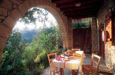 يمتاز المطعم القبرصي بأطباقة الشهيّة وأجوائه المُريحة