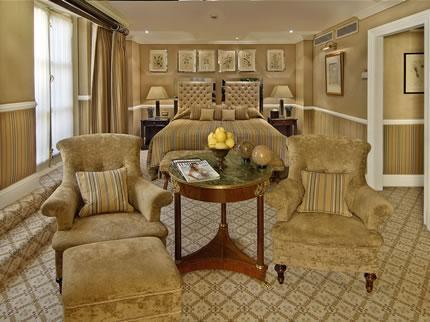 تمتاز كل غرفة من غرف الفندق بتصميم وتأثيث أنيق مختلف عن أختها!