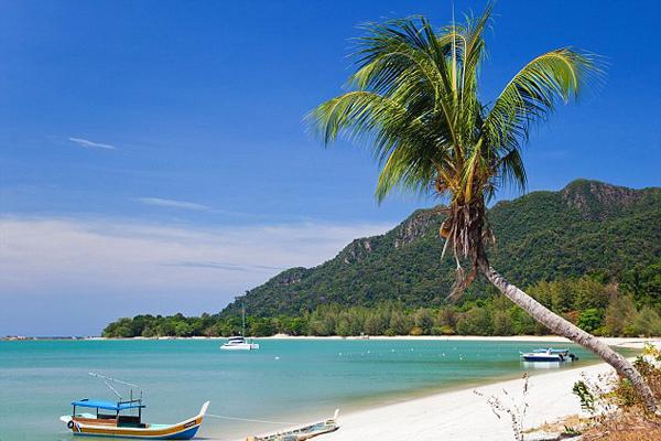 شواطئ رائعة ومياه صافية تبهر رواد أرخبيل لانكاوي