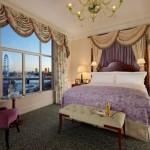 مشهد لنهر التيمز ومعالم لندن الشهيرة من غرفة فندق سافوي لندن