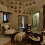 """قطع أثاث قديمة وتحف فنية تقليدية في غرف منتجع """"بيوت الأناضول"""""""