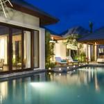 حمام السباحة الخاص الموجود أمام كل فيلا