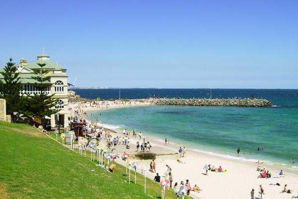 شاطئ كوتيسلو.. وجهة السياح للسباحة ورياضات الشواطئ