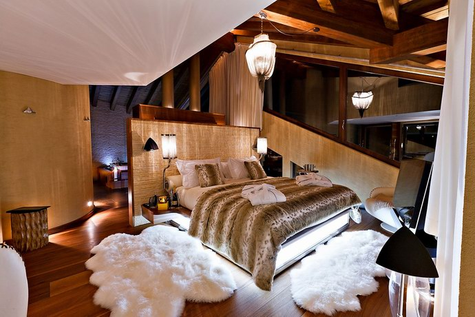 غرفة النوم وأثاثها الفاخر