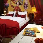 """تفتح الستارة الحمراء ليظهر المدرب مع النمر.. رسم في فندق """"25 ساعة"""""""
