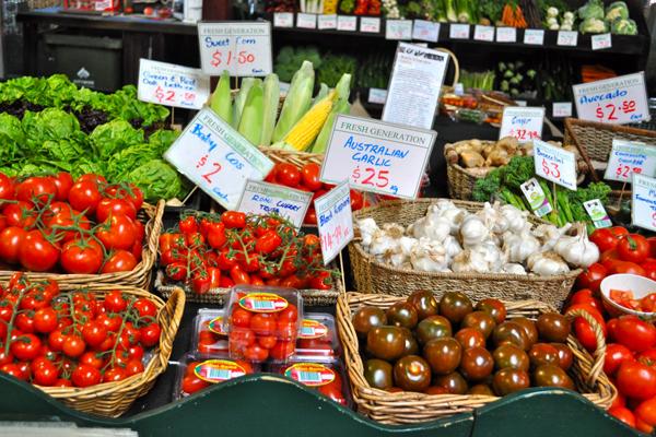 تحتل الفواكه والخضروات جزء كبير من مساحة السوق