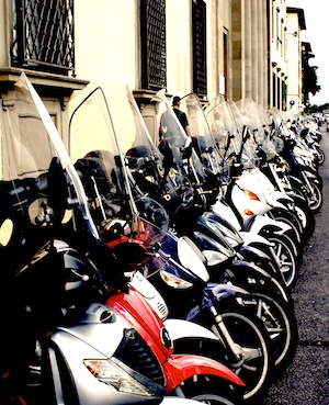 طابور من الدراجات المخصصة للإيجار على أحد جدران مدينة فلورنسا