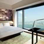 واحدة من غرف فندق الشرق المطلة على الميناء