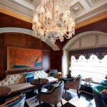 غرف وأجنحة الفندق عامرة بالتحف والأعمال الفنية الراقية