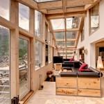 نوافذ كبيرة تحيط بالروف الذي تغطيه ألواج زجاجية في السقف