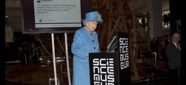 أول تغريدة للملكة إليزابيث آر ـ افتتاح معرض عصر المعلومات في متحف العلوم