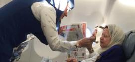 """"""" #شكرا_بشرى """".. صورة إنسانية لمضيفة الخطوط السعودية تطعم سيدة مسنة"""