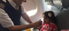 صورة مضيف بـ الخطوط السعودية يطعم طفلة معاقة تنال إعجاب المغردين