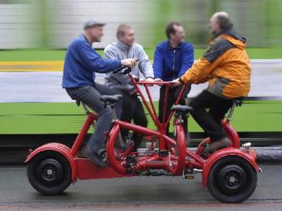 دراجة 'كونفرينس بايك' المزودة بسبعة مقاعد