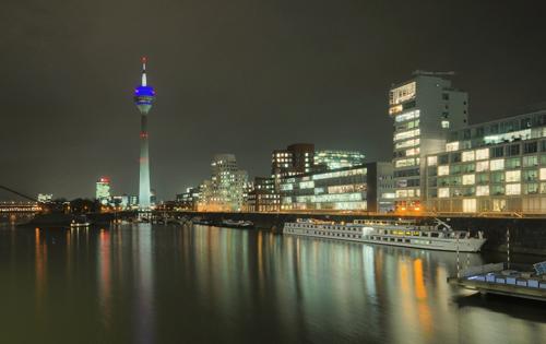 برج الراين في دوسلدورف ليلاً ، ألمانيا