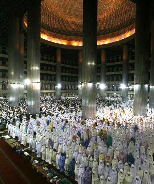 صلاة التراويح أول ليالي رمضان 1432 هـ ـ مسجد الاستقلال، جاكرتا في أندونيسيا