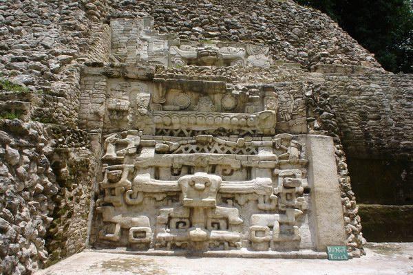 نقوش المايا على جدران أحد المعابد
