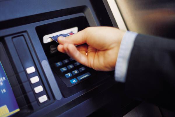 عزيزي المُسافِر: انتبه لبطاقة صرفك الآلي