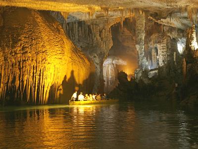جولة في مغارة جعيتا في لبنان Jeita-Grotto-Amazing-Inside-boat