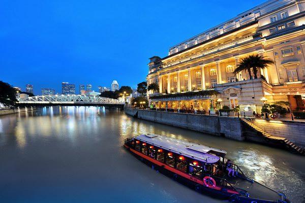 قارب الـ bumboats أثناء مروره أمام فندق Fullerton