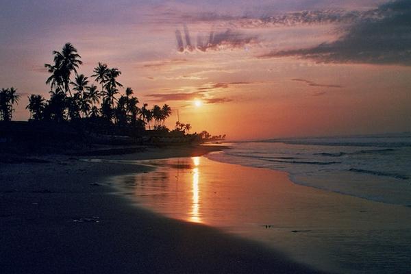 أحد شواطئ غانا وقت الشروق