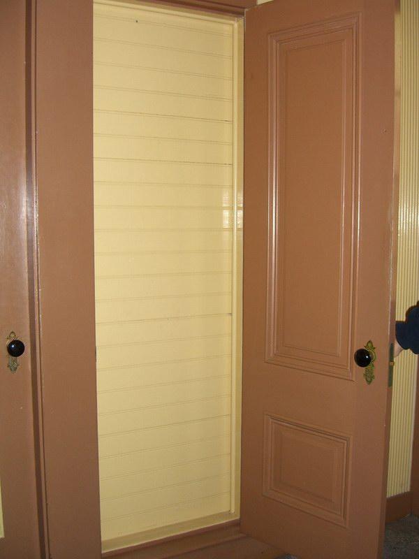 الباب الذي يؤدي إلى جدار