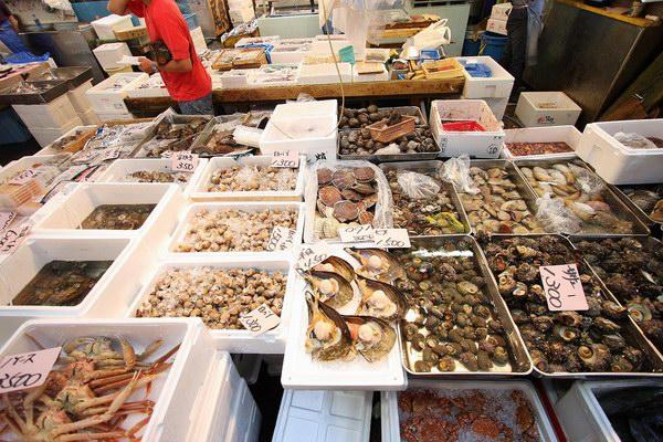 جانب من السوق الداخلي حيث يُعرض السمك بطريقة جذابة