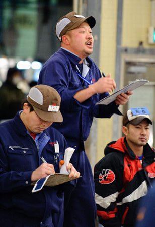 تجار التجزئة اليابانيين أثناء مزاد سمك التونة