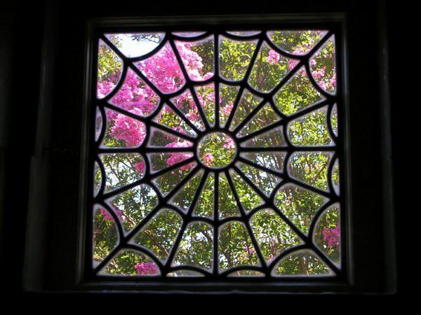 نافذة على شكل خيوط العنكبوت - لها رمزية خاصة عند صاحبة القصر