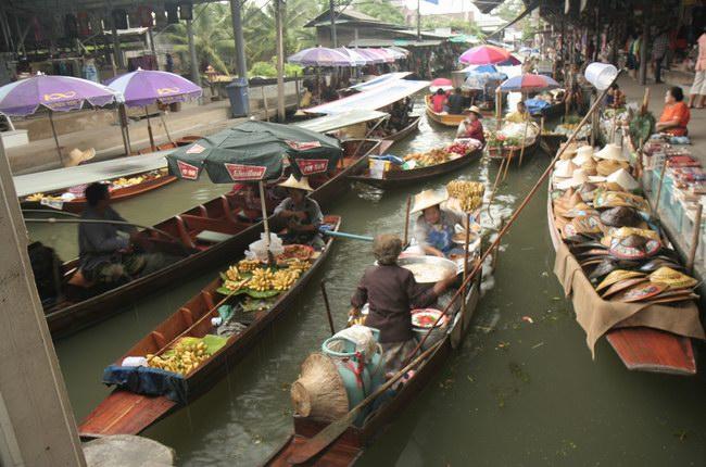 السياح يتجولون في الماء داخل السوق