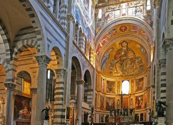 داخل كاتدرائية دومو دي بيزا