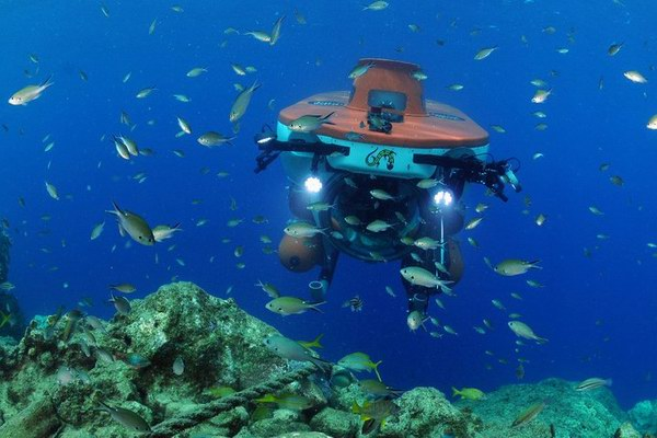 الغواصة الصغيرة وهي في أعماق المحيط