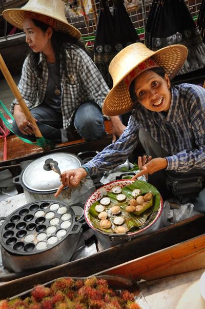 سوق دامنيون سادواك العائم، تايلاند