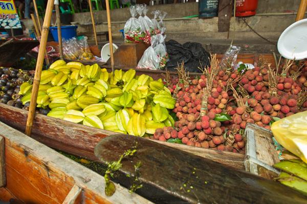"""من ألوان الخضر والفواكه في """"سوق دامنيون سادواك العائم""""، تايلاند"""
