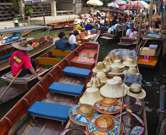 """قبعات في """"سوق دامنيون سادواك العائم""""، تايلاند"""
