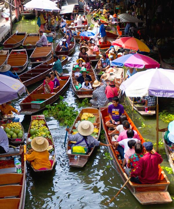 لوحة من الألوان الزاهية المتداخلة في السوق العائم، تايلاند