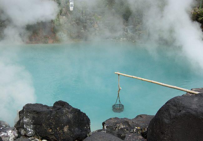 يقوم السياح بسلق البيض على درجة حرارة الماء