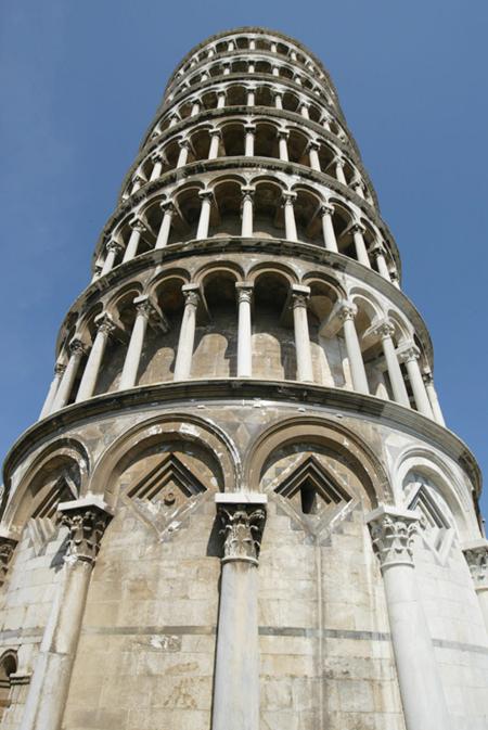صورة عن قرب لبرج بيزا المائل، إيطاليا