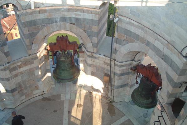 صورة عن قرب للأجراس أعلى برج بيزا