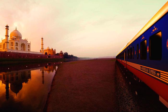 قطار المهراجا إكسبريس أثناء مروره على تاج محل