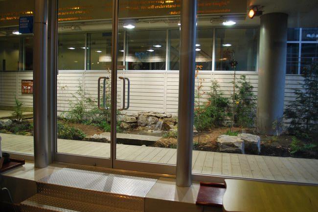 مدخل الحديقة الداخلية التي تجري بها العروض السياحية