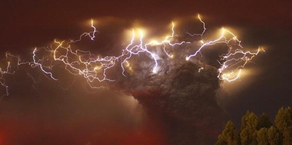 """وميض البرق وسط رماد بركان """"بويوي"""" ، شيلي"""