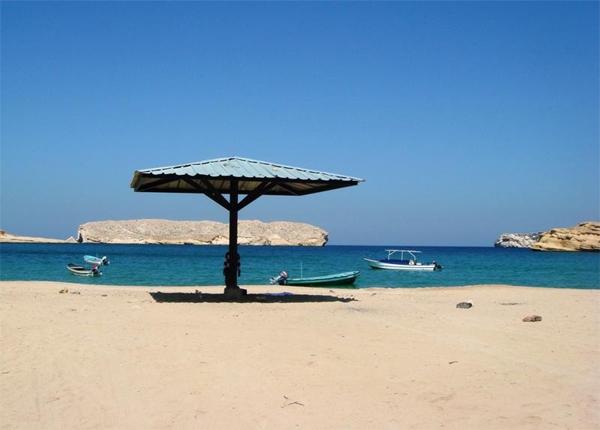 شاطئ الجصّة.. مظلات ساحليّة ومراكب للنزهة البحريّة