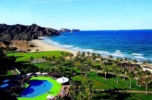 يُعتبر شاطئ البُستان من أجمل شواطئ مُحافظة مسقط